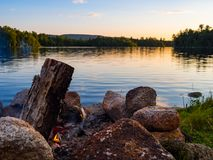 Feu de camp, anneau du feu, le long de forêt et de rivière dans Maine image libre de droits
