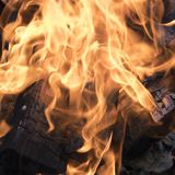 Feu de camp avec les flammes de flambage du feu, les firewoods brûlés et le plan rapproché de fumée images libres de droits