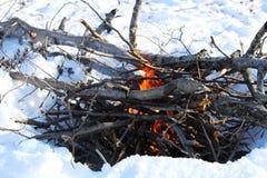 Feu de camp d'hiver sur le milieu du lac congelé Image libre de droits