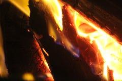 Feu de camp d'un rouge ardent Photographie stock