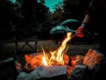 Feu de camp dans les bois, la vallée de montage en étoile photographie stock libre de droits