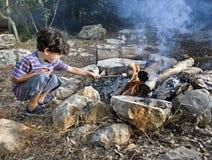 Feu de camp de guimauve de garçon Photo libre de droits