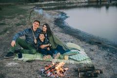 Feu de camp de rivière de vacances de famille Photos libres de droits
