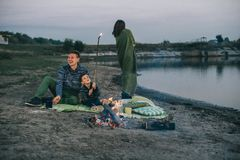 Feu de camp de rivière de vacances de famille images stock