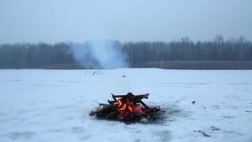 Feu de camp en hiver banque de vidéos