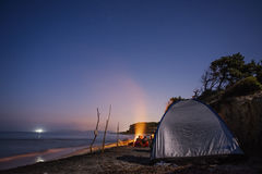 Feu de camp par la mer Photo libre de droits