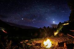 Feu de camp sous des étoiles Images libres de droits