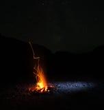 Feu de camp sous les étoiles Photographie stock
