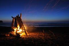 Feu de camp sur la plage de shi de shi Images stock