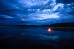Feu de camp sur le lac image libre de droits