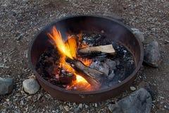 Feu de camp - vacances en camping d'été Photographie stock