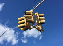 Feu de signalisation accrochant contre le ciel photo libre de droits