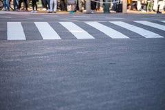Feu de signalisation de attente de beaucoup de personnes aux passages piétons de Shibuya Photos libres de droits