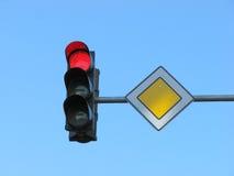 Feu de signalisation avec la lumière rouge Image stock
