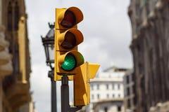 Feu de signalisation avec le feu vert dessus photographie stock libre de droits