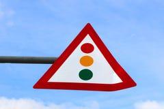 Feu de signalisation d'attention de signe au-dessus de ciel bleu images libres de droits