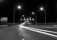 Feu de signalisation dans le pont la nuit photographie stock libre de droits