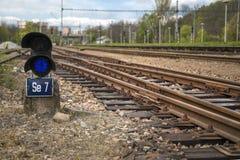 Feu de signalisation devant les assemblées ferroviaires Image stock