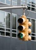 Feu de signalisation jaune avec le clignotant vert de soupir Photo libre de droits