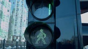 Feu de signalisation La couleur verte clignote et la lumière rouge s'allume banque de vidéos