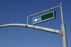 Feu de signalisation Pôle avec le signe d'hôpital Photographie stock