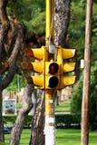 Feu de signalisation piétonnière jaune montrant le rouge photos stock