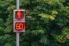 Feu de signalisation piétonnière rougeoyant rouge comptant de dernière minute Photo stock