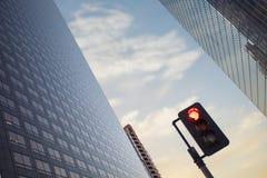 Feu de signalisation rouge au district des affaires devant le spectacul Photo libre de droits
