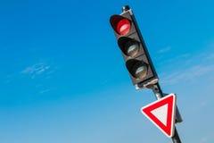Feu de signalisation rouge avec le signal de ralentissement Photo stock