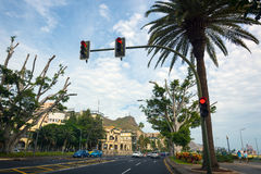 Feu de signalisation sur la rue de la ville de Santa Cruz sur l'île de Ténérife, Espagne Image libre de droits