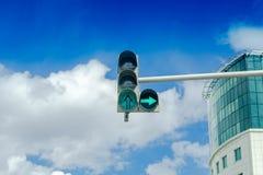Feu de signalisation sur le fond de ciel bleu photo stock