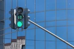 Feu de signalisation sur le fond urbain des bâtiments modernes Image stock