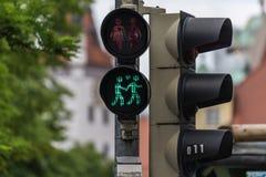 Feu de signalisation vert avec un symbole de couple du même sexe Photographie stock libre de droits