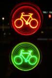 Feu de signalisation vert et rouge pour des cyclistes Image libre de droits
