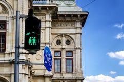 Feu de signalisation vert orienté gai à Vienne Image libre de droits