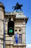 Feu de signalisation vert orienté gai à Vienne Photos libres de droits