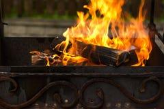 Feu en bois brûlant dans le brasero extérieur Préparation pour faire cuire le barbecue dehors Images stock