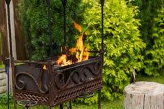Feu en bois brûlant dans le brasero extérieur Préparation pour faire cuire le barbecue dehors Photos stock