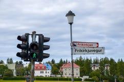 Feu et plaque de rue de signalisation à Reykjavik, Islande Image libre de droits