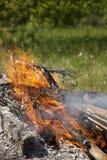 Feu et rondins brûlants la nuit photos libres de droits