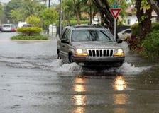 Feuchter Antrieb auf überschwemmten Straßen lizenzfreies stockbild