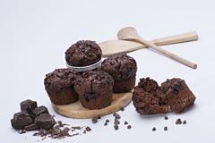 Feuchter Schokoladenkuchen mit Milchschokolade-Belagsglasur und Kakaopulver Stockfoto