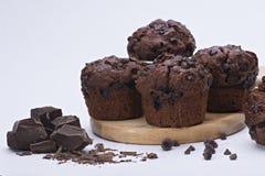 Feuchter Schokoladenkuchen mit Milchschokolade-Belagsglasur und Kakaopulver Stockfotografie