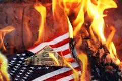 Feuer in Amerika, Unfall in Kalifornien Die amerikanische Flagge und der Dollar lizenzfreie stockfotografie