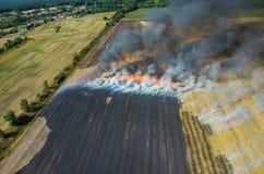 Feuer auf dem Feld stockbilder