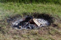 Feuer auf dem Gebiet Lager-, Feiertags- und Resthintergrund Stockfotos