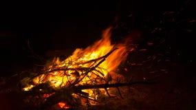 Feuer auf dem Strand nachts, Hintergrund, Abstraktion Stockfotos