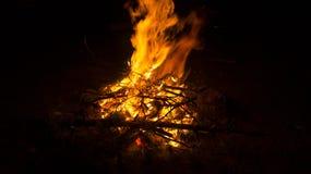 Feuer auf dem Strand nachts, Hintergrund, Abstraktion Lizenzfreies Stockbild