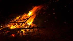 Feuer auf dem Strand nachts, Hintergrund, Abstraktion Lizenzfreie Stockfotografie