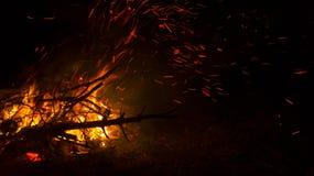 Feuer auf dem Strand nachts, Hintergrund, Abstraktion Stockfoto